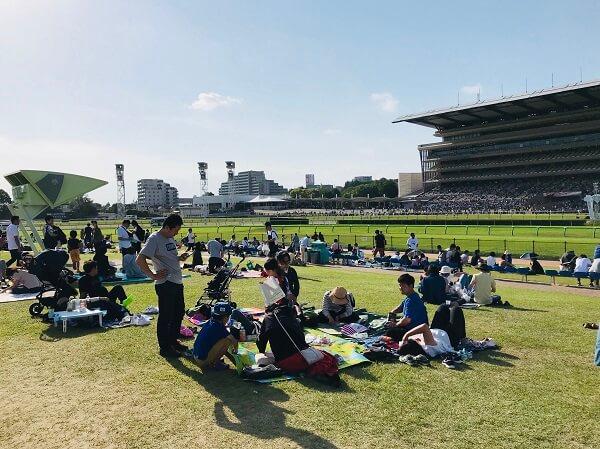 競馬の魅力 芝生でピクニックしながら競馬を楽しむ
