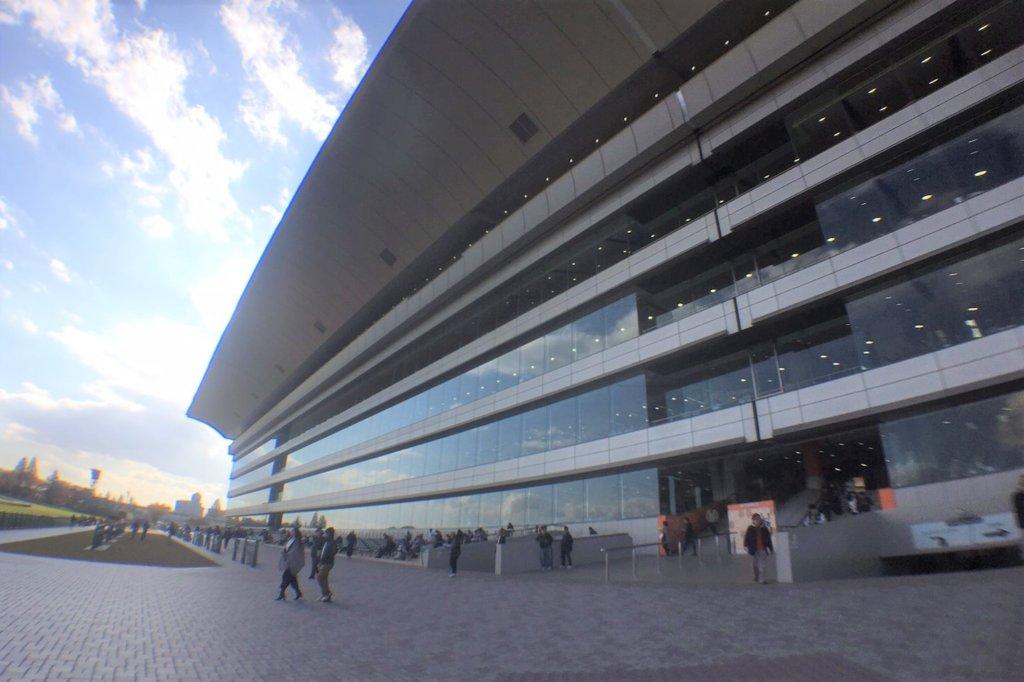 福島競馬場の正面スタンド・観客席