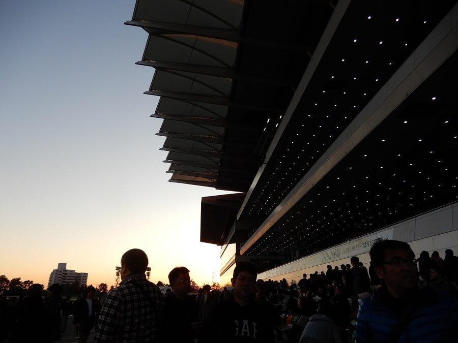 夕焼けに照らされる中京競馬場