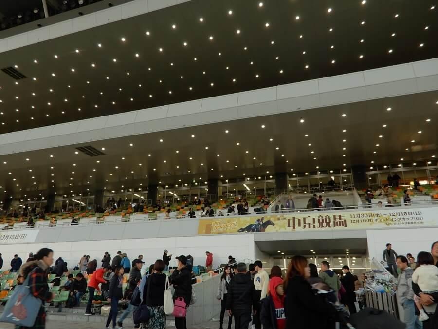 中京競馬場のスタンド前広場